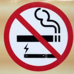 Fumer la cigarette dans les aires de jeux devrait être interdit cet été